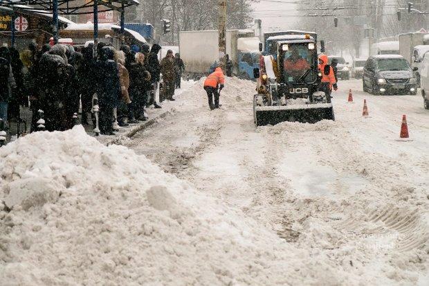 Посреди заснеженного Киева решили проложить водопровод: самое время