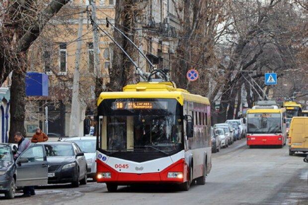 """В Одесі водії тролейбусів влаштували кулачні бої посеред вулиці: """"Тримай дистанцію"""""""