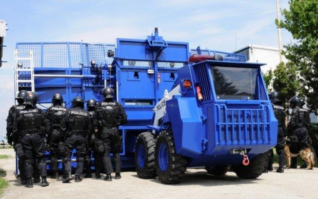 Трансформер-монстр поможет полицейским разгонят митинги