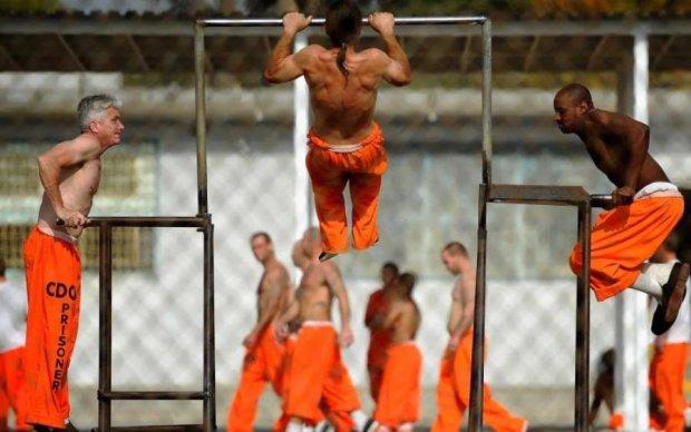 Вражаюче відео: десяток охоронців не впоралися з ув'язненим