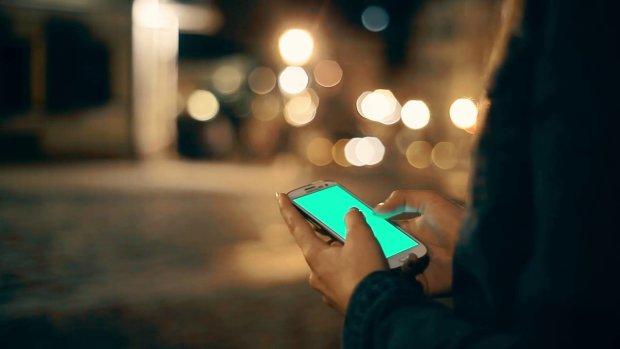 Смертоносні гаджети: дівчинка грала на телефоні і раптово сталося дещо жахливе. Таємничий додаток відібрав у неї життя