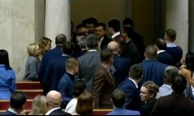 """""""Выгнать хулиганов"""": депутаты устроили драку из-за женщины, еле разняли"""