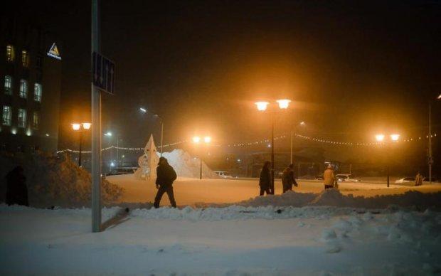 Снежная глыба рухнула на ребенка: в сети показали жуткое видео