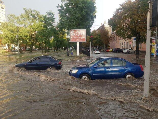"""""""Убита"""" інфраструктура перетворила Дніпро на Венецію - стихія потопила машини і торгові центри"""