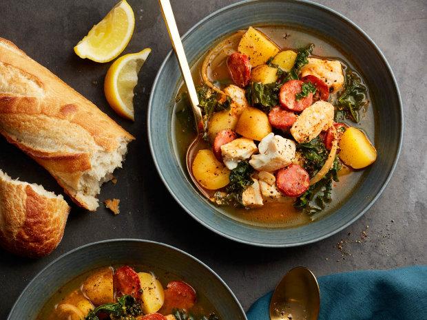 Вкусный рецепт овощного супа с жареными колбасками