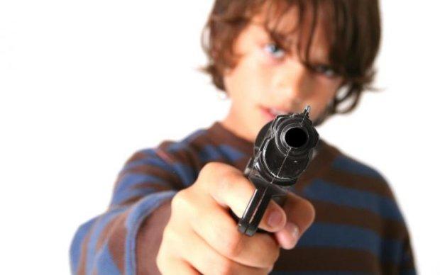 Школьник трагически для своего друга похвастался пистолетом