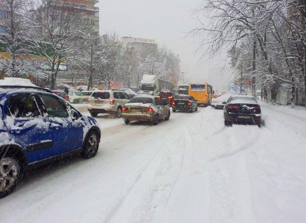 """Столица в снежном плену: """"Кличко, почему такая позорная ситуация почти по всему городу?!"""", киевляне на грани срыва"""