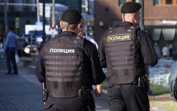 Пропаганда и гробы: украинцев предостерегли от поездок в две страны