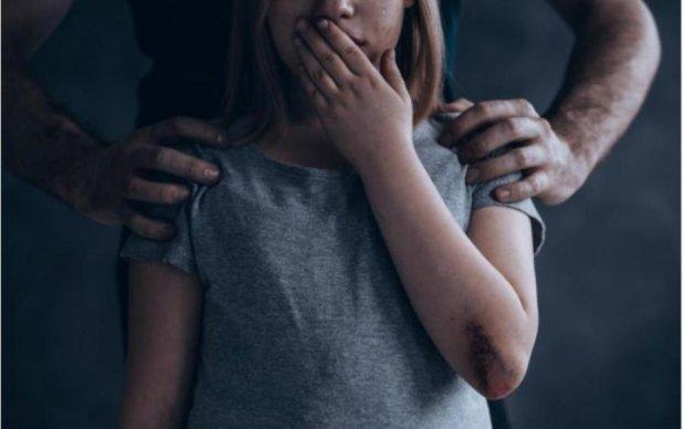 Погрозили пальчиком: мужчина совращал девочку на глазах у матери и ходит на свободе