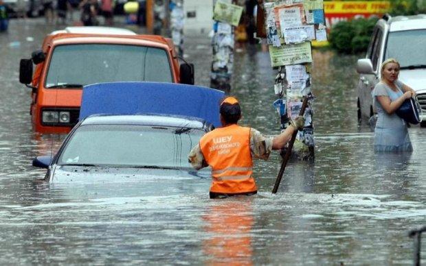 Нещадна стихія змусила Київ піти під воду: відео