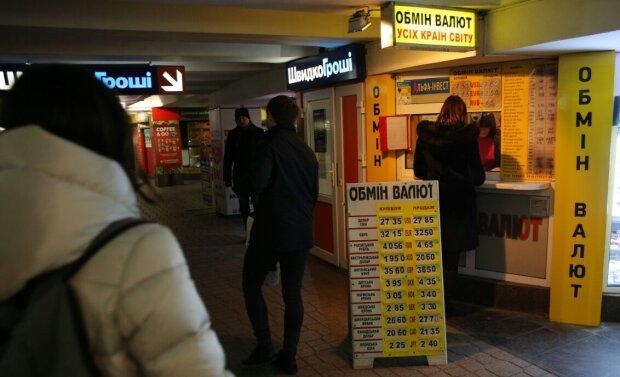 Долар готує гривні космічні перевантаження, українцям радять потрошити матраци: що буде з валютою до кінця року