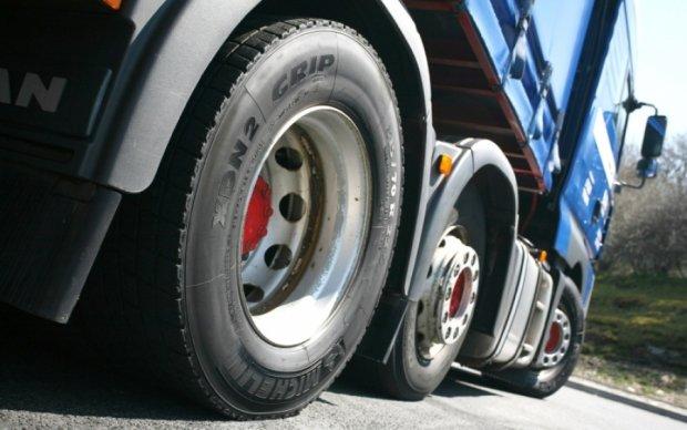 Колесо от гигантского грузовика уничтожило легковушку: видео