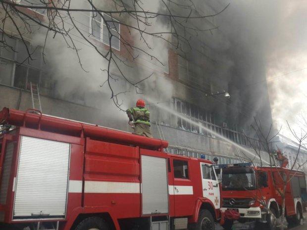 Во Львове горит многоэтажка: столб дыма и дикая паника, кадры из самого ада