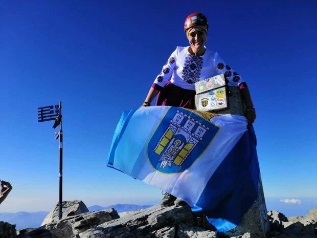 """Альпіністка з Франківська підняла символ міста на десятки вершин: """"З гордістю несу цей прапор"""""""
