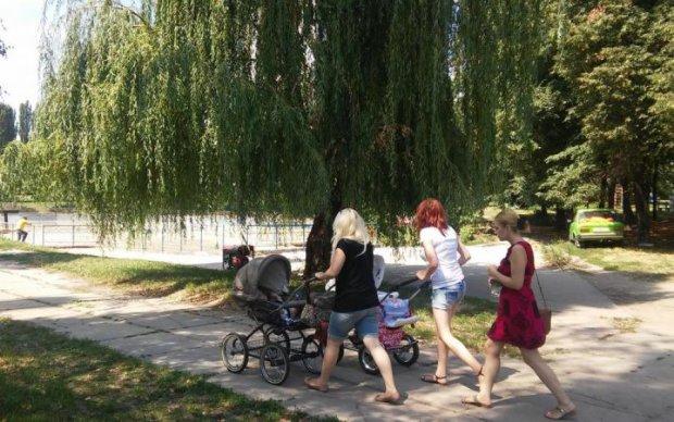 Озеро в детском парке превратилось в борщ: видео