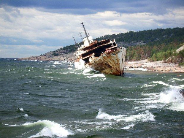 Рискует жизнью ради искусства: в сети показали фантастические снимки затонувших кораблей