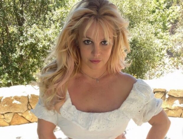 """Полуголая Бритни Спирс поманила своим """"персиком"""" в красных трусах - """"Поцелуй это!"""""""