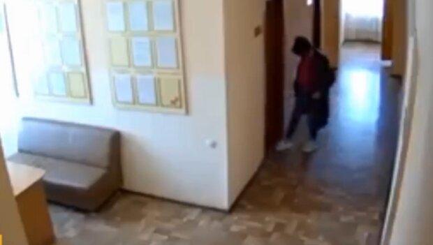 Співробітниця мерії підсипала під двері колегам землю з кладовища, скріншот