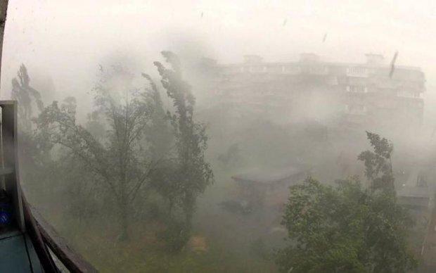 Руйнівний шторм під Луцьком: з'явилися вражаючі кадри