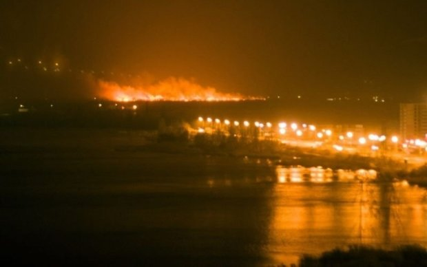 Рятувальники повністю ліквідували пожежу на столичних Осокорках