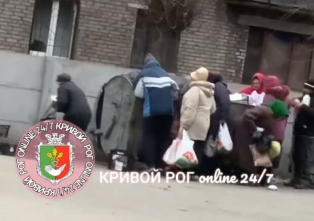 """В городе Зеленского пенсионеры жадно набросились на просрочку из мусорника: """"Смотреть больно"""""""