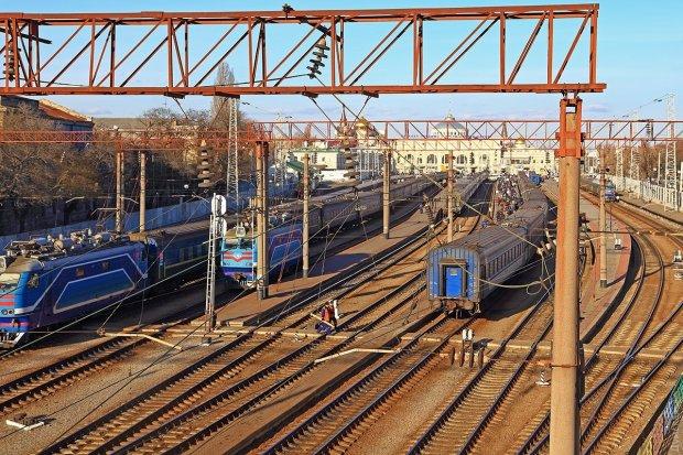 Під Києвом поїзд потрапив в криваву НП: розклад змінився