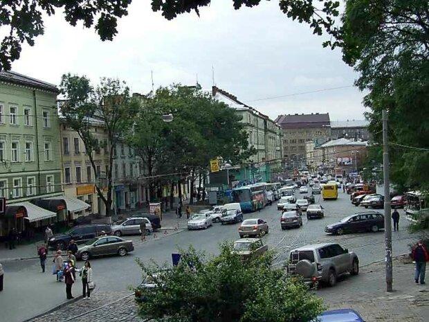 Вирвав з рук 3 тисячі: львівську пенсіонерку атакували біля обмінника