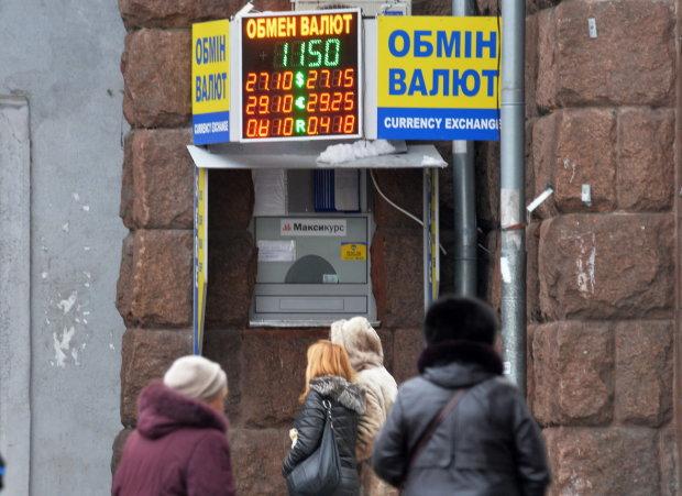 Курс валют на 13 червня: долар вхопився за соломинку