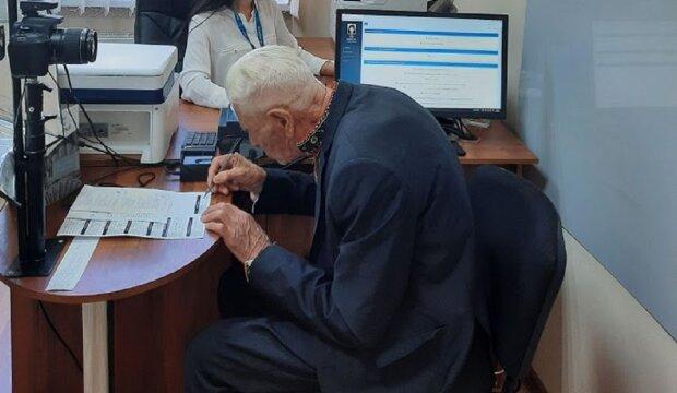 На Франківщині 95-річний дідусь обзавівся ID-паспортом — перший з великої родини