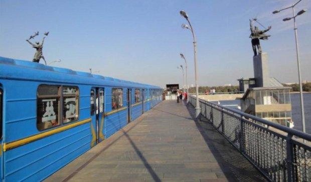 """В киевском метро машинист открыл двери """"не с той стороны"""" вагонов"""