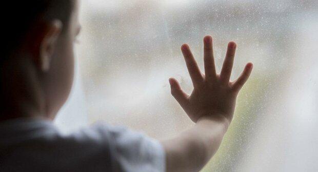 """""""Плакали и пытались выпрыгнуть из окна"""": в Одессе горе-мать бросила двоих малышей в шаге от гибели"""