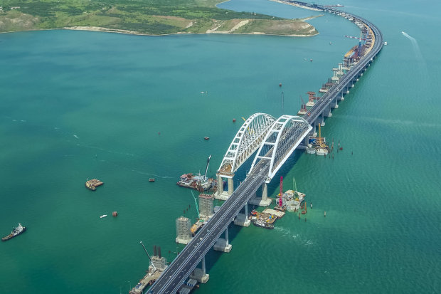 """Пекельні затори: весь світ регоче над Кримським мостом, """"ось-ось палі зламаються"""""""