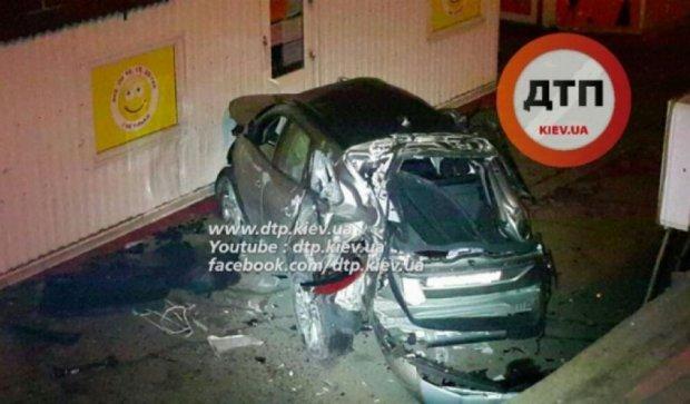 Авто слетело с моста и разбилось вдребезги (фото, видео)