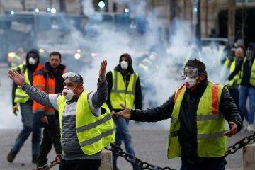 """В Париже """"желтые жилеты"""" взяли в плен центры Amazon"""