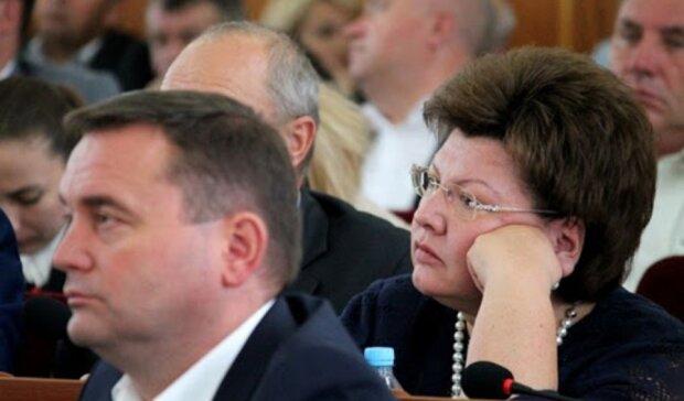 Соратницю Тимошенко зловили за незвичним заняттям в Раді - будувала свою країну в смартфоні