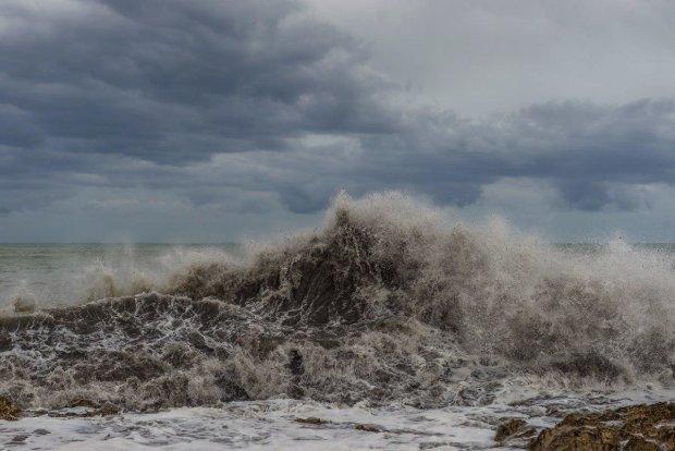 Разрушительный шторм смывает европейский курорт с лица земли, улицы затоплены, тысячи эвакуированы