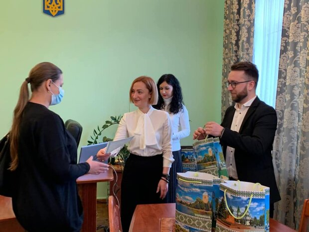 Маленьким тернополянам вручили вышиванки вместе со свидетельствами: чтоб росли украинцами