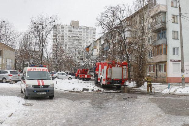 У Києві житловий будинок потонув у вогні: пекельне полум'я не відступає, рятувальники працюють на межі