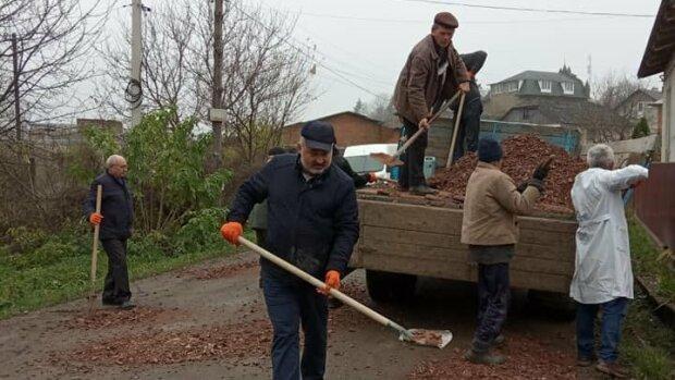 """Тернопільським медикам вручили лопати в розпал пандемії: """"А лікувати хто буде?"""""""