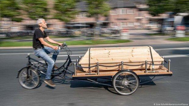 Гроб на колесиках: энтузиасты придумали велосипеды для покойников