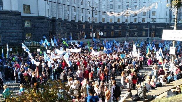 Акция протеста под АП в Киеве против Кучмы: активисты сожгли белый символ капитуляции