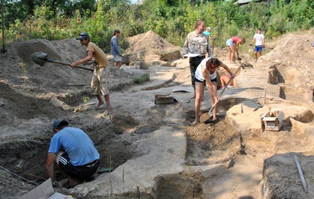 """Українські археологи викопали """"маленького Ісуса"""": пережив монголів і царську імперію"""