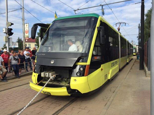 Во Львове стронгмены обвешались трамваями, Вирастюк оценил: вот он, новый рекорд Украины