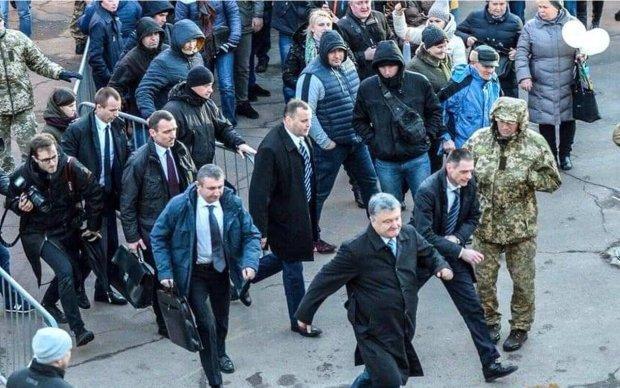 """Порошенка змусили тікати з мітингу на Закарпатті під крики """"Ганьба"""" та """"Обікрав армію"""": відео"""