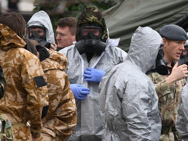 Следователи в костюмах биологической защиты расследуют атаку в Солсбери