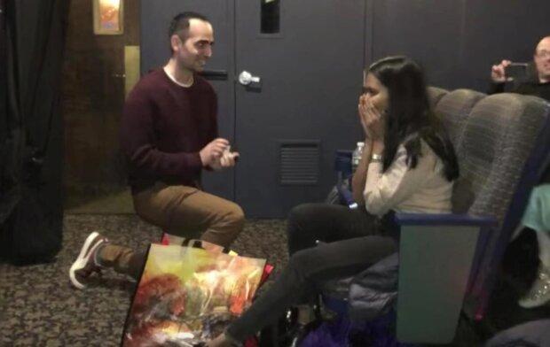Лу Лочлер делает предложение возлюбленной, скрин из видео