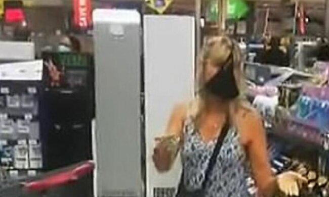 Трусики на обличчі жінки в супермаркеті ПАР, скріншот: YouTube
