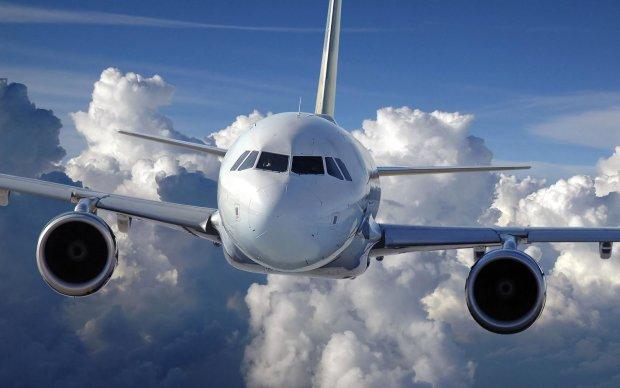 Ісуса Христа застукали під час прогулянки по хмарах: відео з вікна літака