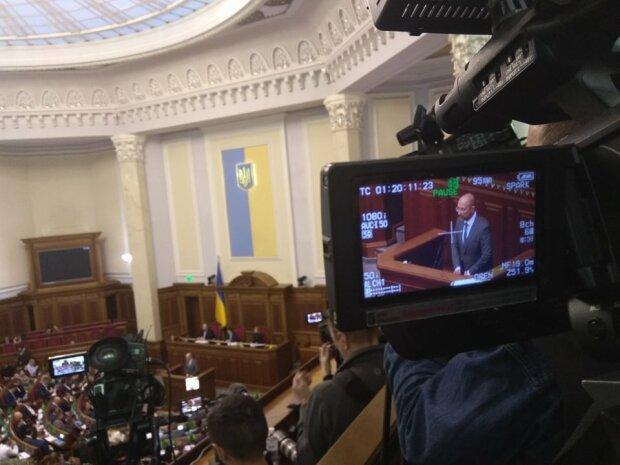 """Денис Шмигаль отвечает на вопросы депутатов, фото: """"Україна молода, Иван Леонов"""
