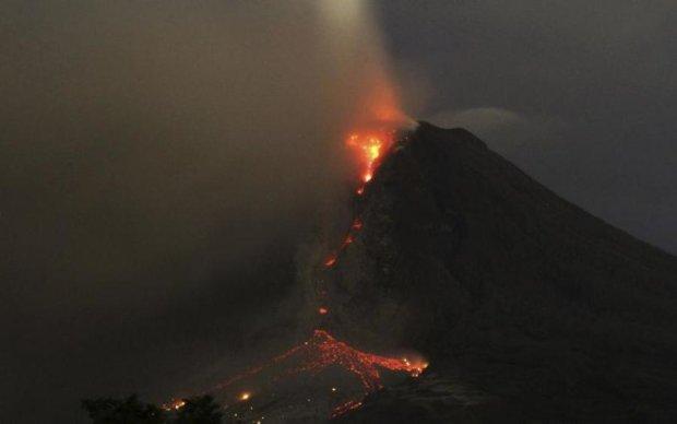 Евакуювали тисячі людей: в мережу злили кадри страшного виверження вулкану